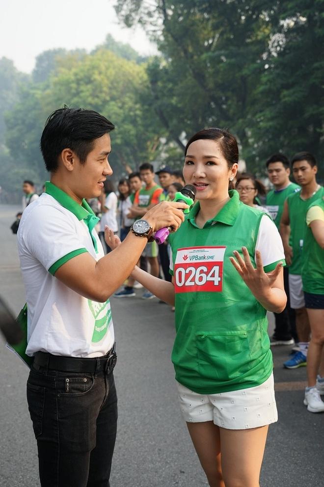 2.000 nguoi chay bo vi quy hoc bong sinh vien hinh anh 5 MC Nguyên Khang và hoa hậu Đền Hùng Giáng My cũng góp mặt trong giải.