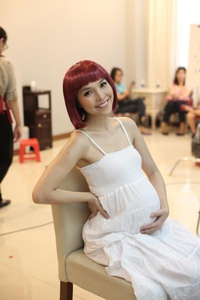 Hien Thuc bien doi tu nang dong danh thanh me trong MV moi hinh anh 1 Bà bầu xì tin mang phong cách Hiền Thục