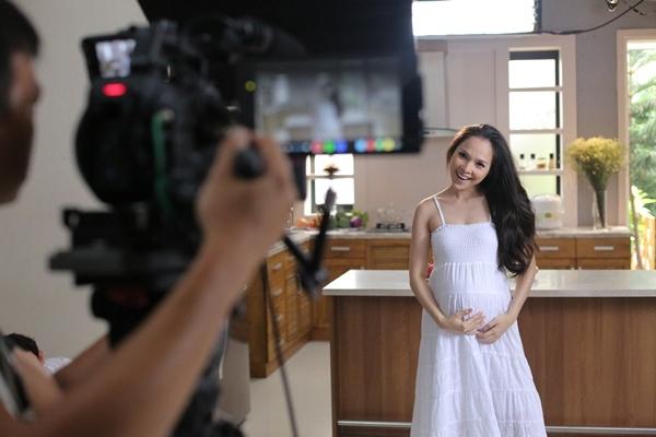 Hien Thuc bien doi tu nang dong danh thanh me trong MV moi hinh anh 2 Nay đã trở thành bà mẹ đảm đang