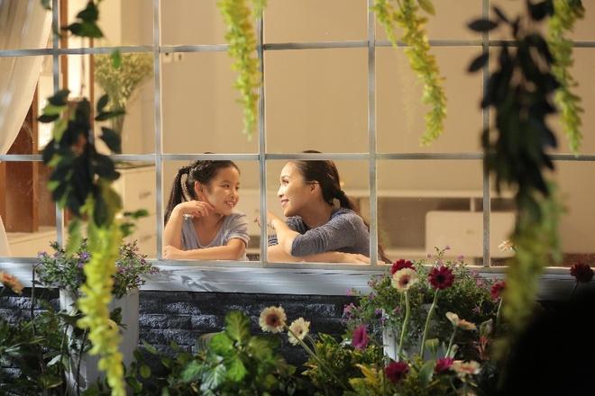 Hien Thuc bien doi tu nang dong danh thanh me trong MV moi hinh anh 7 Hạnh phúc đôi khi là những điều vô cùng giản dị cả nhà sum họp, sẻ chia quan tâm, yêu thương đong đầy luôn dành cho nhau.