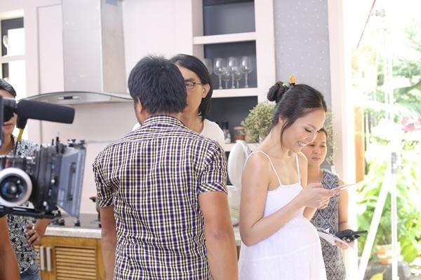 Hien Thuc bien doi tu nang dong danh thanh me trong MV moi hinh anh 9 Hiền Thục luôn tận dụng những lúc nghỉ ngơi giữa các cảnh quay để trò chuyện với con gái Gia Bảo. Từ kinh nghiệm của bản thân, cô không quá khó khăn để thể hiện cảm xúc của vai trò làm mẹ.