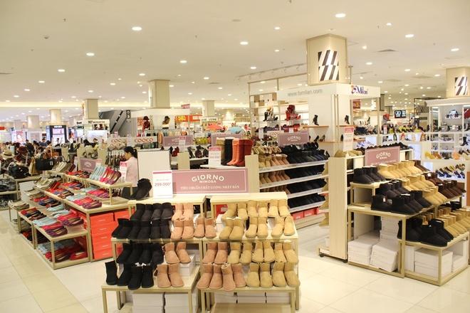 Kham pha nhung gian hang trong Aeon Mall Long Bien hinh anh 6  Và để có một mùa đông không lạnh, Aeon đã chuẩn bị sẵn cho các bạn nhiều thật nhiều phụ kiện giữ ấm nào là giày, dép đến khăn choàng, bịt tai, ô,… đủ cả.