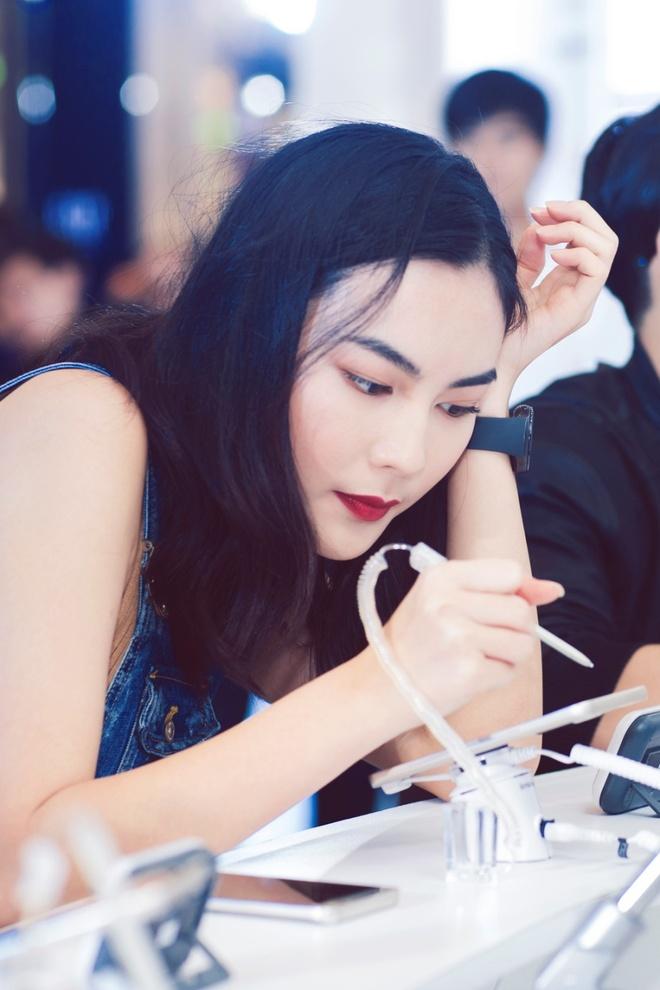 Sao Viet tro tai thiet ke mat dong ho cho rieng minh hinh anh 3 Vốn yêu thích các sản phẩm công nghệ hiện đại và thời trang, Helly Tống lập tức bắt tay vào trò chơi thú vị này. Từng đường nét trên chiếc đồng hồ được fashionista 9X phác thảo tỉ mỉ bằng bút S-Pen trên Galaxy Note 5.