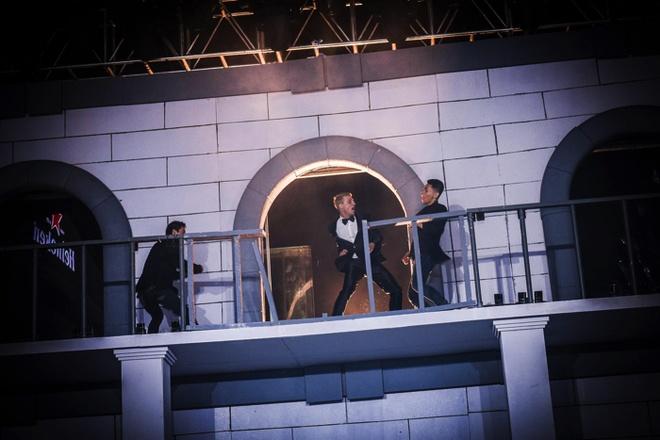 Các khán giả trẻ trải qua giây phút hồi hộp và gay cấn khi xem màn trình diễn võ thuật như trong phim James Bond.
