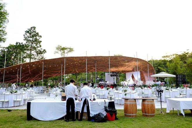 Trung tam tiec ngoai troi bang giay boi dau tien o Ha Noi hinh anh 3 Lớp keo phủ trên bề mặt của phần mái vòm được thực hiện cẩn thận nhằm đảm bảo vững vàng trong mọi điều kiện thời tiết. Đây là lựa chọn tuyệt vời cho những buổi tiệc cưới, liên hoan cuối năm, triển lãm…