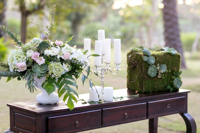 Trung tam tiec ngoai troi bang giay boi dau tien o Ha Noi hinh anh 5  Hoa tươi, nến và những mảng rêu tự nhiên mang đến hơi thở mới trong phong cách trang trí.