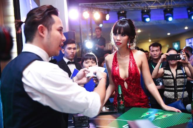 Khi my nhan Viet hoa than Bond Girl hinh anh 4 Cô còn xuất hiện trong khung cảnh của Casino Royale (Sòng bạc hoàng gia), tập phim đầu tiên tài tử Daniel Craig vào vai James Bond.