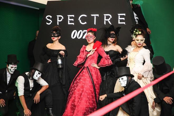 """Khi my nhan Viet hoa than Bond Girl hinh anh 6 Sự kiện mà Hà Anh và Thanh Hằng tái ngộ là """"Khám phá thế giới Bond"""" (Hà Nội). Họ hoàn toàn chìm đắm vào không gian của loạt phim James Bond với sòng bạc hoàng gia Casino Royale; tử địa Skyfall dàn dựng từ laser, ánh sáng UV; khung cảnh đường phố Mexico trong cảnh quay Day of the death nổi tiếng; sau đó thưởng thức Spectre trong phòng chiếu ứng dụng công nghệ 3D và bất ngờ khi thấy hình ảnh của mình được fly-cam bay khắp gian phòng ghi lại rồi truyền hình trực tiếp trên trần nhà."""