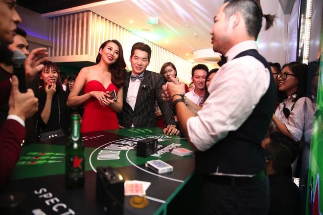 """Khi my nhan Viet hoa than Bond Girl hinh anh 5 Không chỉ Hà Anh và Diễm My yêu thích hình tượng Bond Girl, siêu mẫu Thanh Hằng cũng từng xuất hiện tại """"sòng bạc hoàng gia"""" trong một sự kiện mới đây."""