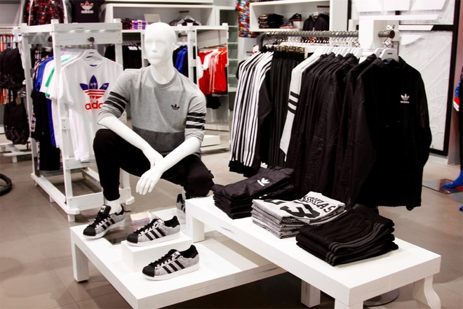 Cua hang adidas Originals phien ban moi den Ha Noi hinh anh 9 Với nội thất được cập nhật theo concept mới nhất của hãng, các khung, kệ trắng sang trọng được bố trí với khoảng cách vừa phải, thoải mái cho các tín đồ trẻ mua sắm theo nhóm cùng bạn bè.