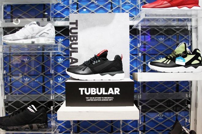 Cua hang adidas Originals phien ban moi den Ha Noi hinh anh 5 Lấy cảm hứng từ dòng sản phẩm Y-3 đình đám cùng với những công nghệ tiên tiến của adidas, Tubular luôn chiếm được cảm tình trong lòng các tín đồ 3 sọc cũng như những người ngoại đạo bởi vẻ ngoài bắt mắt và tính ứng dụng của nó.