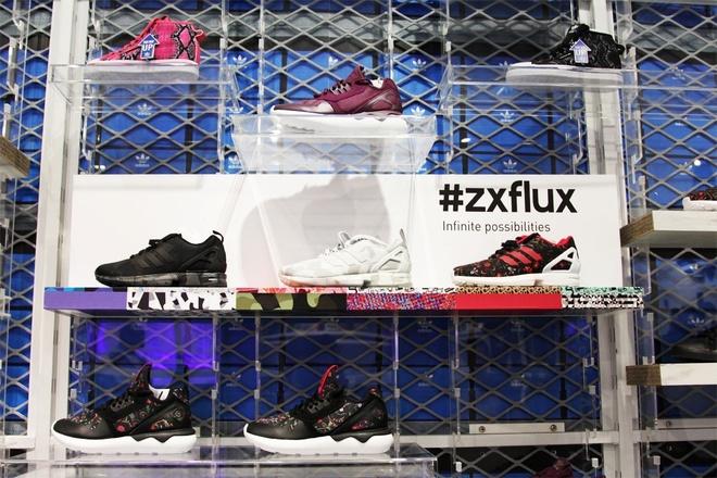 Cua hang adidas Originals phien ban moi den Ha Noi hinh anh 4 Zx Flux - dòng sản phẩm chủ lực dành cho phong cách đường phố với một chút nổi loạn và phá cách sẽ thỏa mãn đam mê sắc màu của giới trẻ nhưng vẫn giữ được nét cá tính đặc trưng vốn có