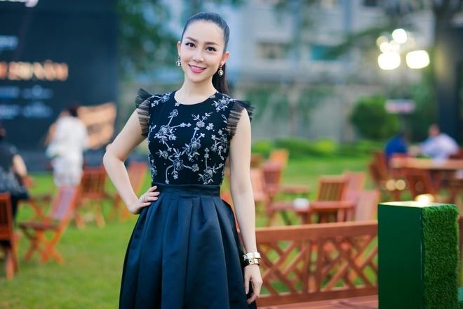 Nguoi dep phim 'Quyen' khoe ve goi cam, do dang voi Linh Nga hinh anh 3 Dù đã có con, cô vẫn giữ được hình thể đẹp, gương mặt trẻ trung.