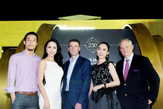 Nguoi dep phim 'Quyen' khoe ve goi cam, do dang voi Linh Nga hinh anh 9 Vũ Ngọc Anh và Linh Nga cùng chụp ảnh lưu niệm với các đại diện thương hiệu đã tổ chức sự kiện H250.