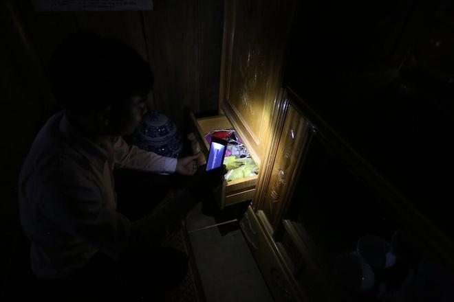Hanh trinh dua song di dong ve ban khong dien mien Trung hinh anh 11 Do không có điện lưới, nên điện ở đây được cung cấp bằng tua bin đặt dưới suối. Điện chỉ đủ để dùng cho ánh sáng tối thiểu và sạc điện thoại. Chiếc điện thoại có lúc trở thành đèn pin dùng ban đêm.