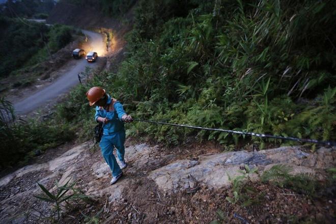 Hanh trinh dua song di dong ve ban khong dien mien Trung hinh anh 12 Một ngày làm việc tại trạm phát sóng của nhân viên kỹ thuật kết thúc vào chập tối.