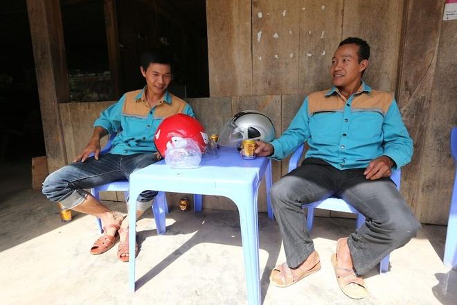 Hanh trinh dua song di dong ve ban khong dien mien Trung hinh anh 5 Phút nghỉ ngơi dọc đường của những nhân viên kỹ thuật. Khi lên trạm phát sóng, đội kỹ thuật thường có 2 người. Tuy nhiên, lúc xảy ra sự cố ở nhiều nơi họ phải chia nhau giải quyết.