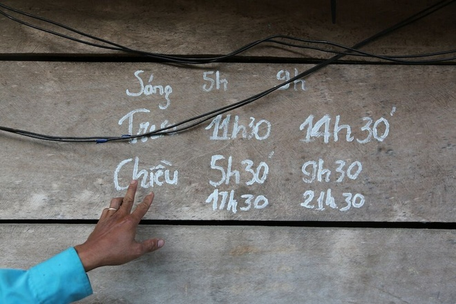 Hanh trinh dua song di dong ve ban khong dien mien Trung hinh anh 8 Máy nổ được phân chia giờ theo quy định để phục vụ trạm phát sóng.
