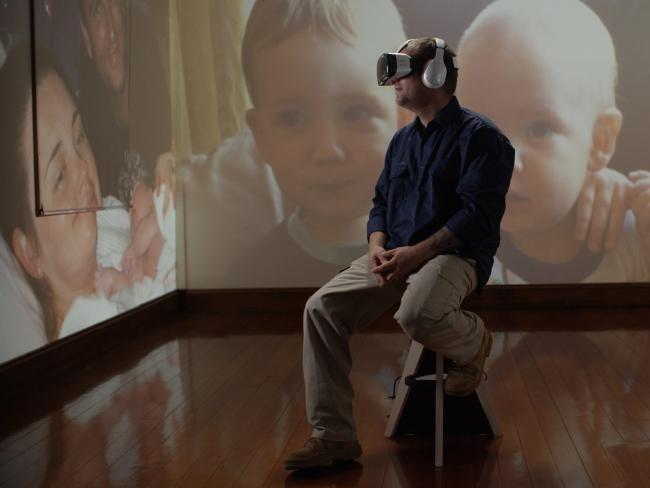Nhung cong nghe giup mo rong tam nhin hinh anh 2 Jason Larke chứng kiến sự ra đời của con trai bằng kính Samsung Gear VR.