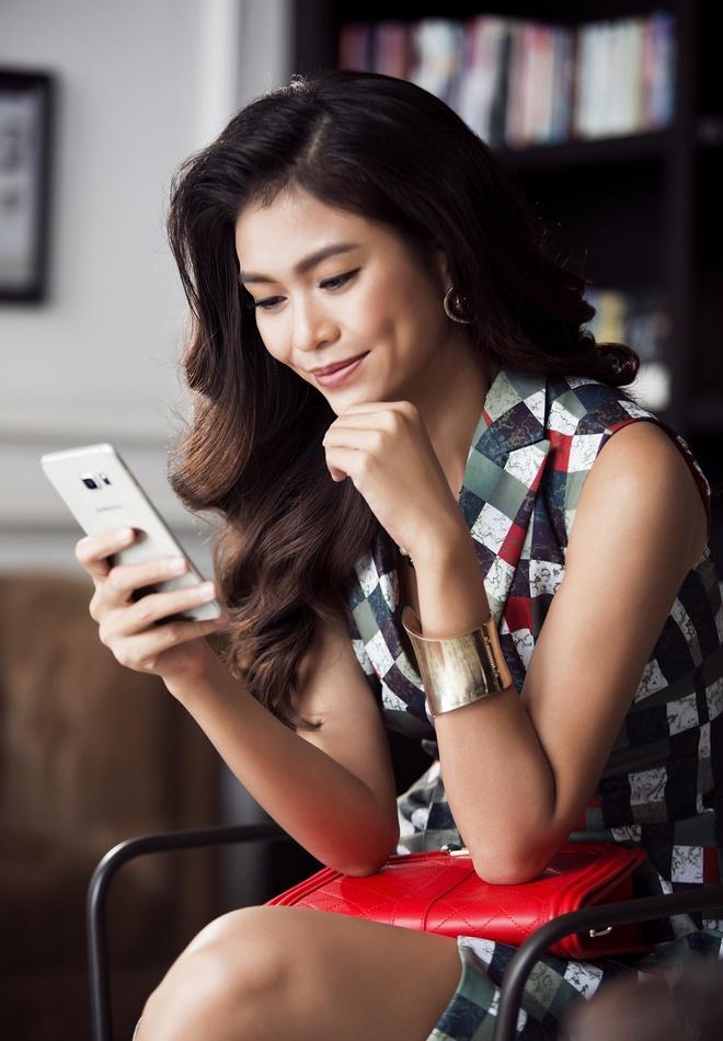 """Mot ngay lam viec cua nguoi mau Mau Thuy hinh anh 8 Phút nghỉ ngơi, người đẹp tranh thủ nhắn tin hỏi han bạn bè, người thân với ứng dụng People edge trên Galaxy S6 edge+ - """"trợ lý"""" yêu thích của mình."""