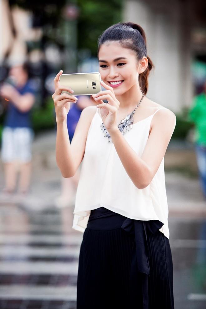 Mot ngay lam viec cua nguoi mau Mau Thuy hinh anh 7 Mâu Thủy có sở thích ghi lại những góc ảnh độc đáo mọi lúc, mọi nơi. Đó là lý do cô luôn mang theo bên mình chiếc Samsung Galaxy S6 edge+. Camera 16 MP trên máy có thể khởi động nhanh chóng bằng thao tác nhấp đúp phím Home, giúp cô lưu lại mọi khoảnh khắc trong ngày.