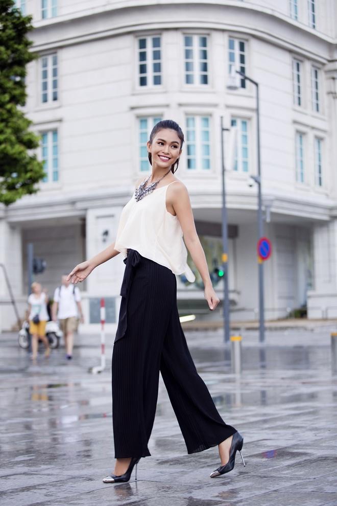 Mot ngay lam viec cua nguoi mau Mau Thuy hinh anh 6 Sau đó, người mẫu sẽ có buổi chụp ảnh street style trên phố cùng ekip của mình.