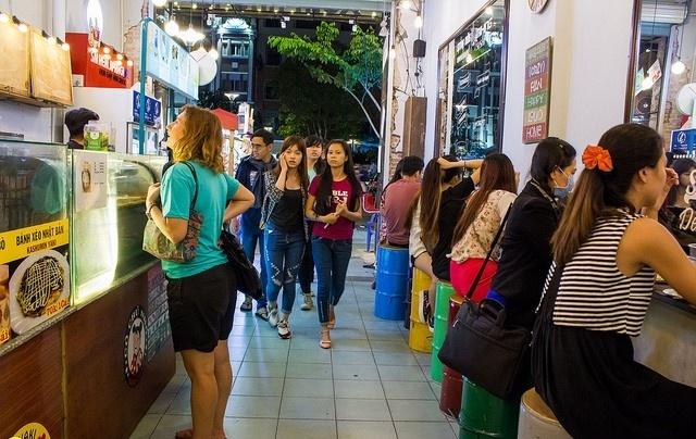 Thuong thuc am thuc an vat tren pho di bo Nguyen Hue hinh anh 2