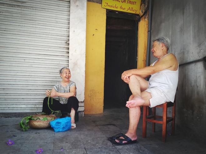 Hà Nội bình yên trong câu chuyện của những người già. Ảnh chụp bằng chế độ Auto.