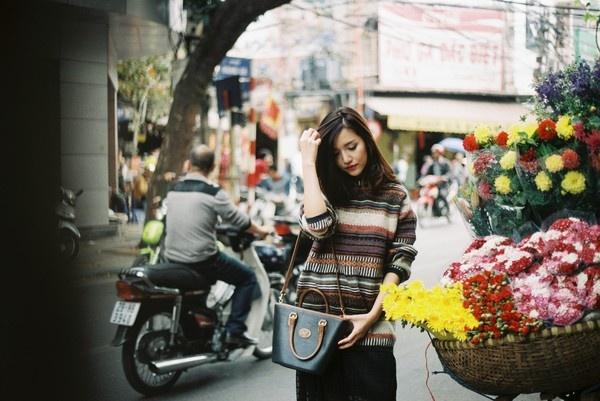 Bi quyet tao gu thoi trang nu tinh cua Bich Phuong hinh anh 3 Một mẹo khác của Bích Phương là dùng mạng xã hội Facebook, Instagram để theo dõi, học hỏi cách phối đồ của các fashionista trên thế giới.
