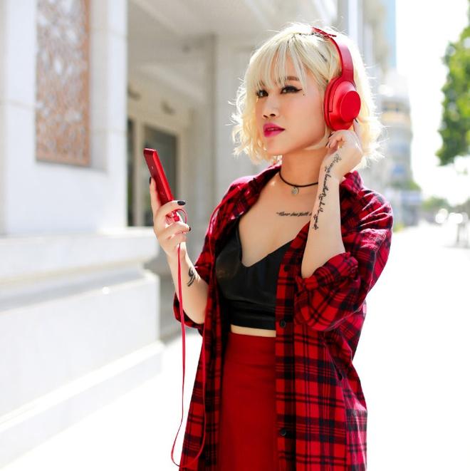 Street style pha cach va an tuong cua Yen Le hinh anh 2 Màu son đỏ cùng chiếc tai nghe cùng tông giúp nữ ca sĩ nổi bật hơn khi xuất hiện.