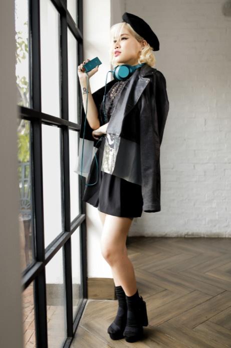 Street style pha cach va an tuong cua Yen Le hinh anh 3 Mũ bê rê đen cá tính kết hợp cùng áo khoác đồng màu mang lại cho Yến Lê vẻ cổ điển khác lạ. Cô nàng hoàn thiện phong cách bằng chiếc tai nghe Sony h.ear on màu xanh cổ vịt thời trang.