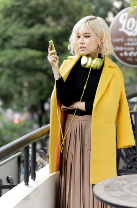 Street style pha cach va an tuong cua Yen Le hinh anh 7 Nữ ca sĩ toát lên vẻ kiêu kỳ, thanh lịch khi kết hợp hai màu vàng - đen trong set đồ vintage.
