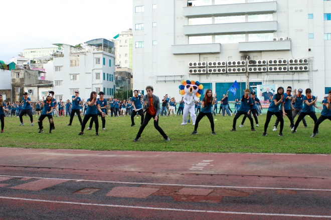 Man flashmob an tuong cua top 3 'Thu thach cung buoc nhay' hinh anh 1
