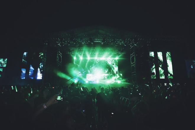 Toc Tien, Son Tung hoi ngo trong dem nhac EDM hoanh trang hinh anh 5 Buổi biểu diễn của Armin Van Buuren thu hút sự tham gia của 20.000 khán giả Hà Nội.