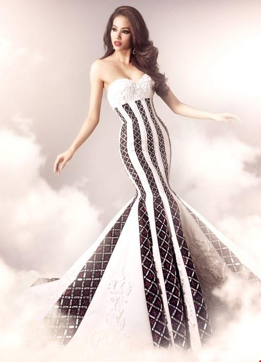 Phạm Hương đã có phần thể hiện xuất sắc trong cả phần bikini lẫn trang phục dạ hội.