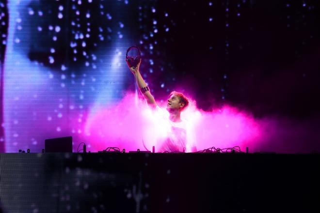 Chay het minh trong dem nhac EDM cung DJ Armin Van Buuren hinh anh 3