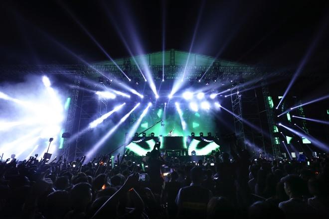 Chay het minh trong dem nhac EDM cung DJ Armin Van Buuren hinh anh 2