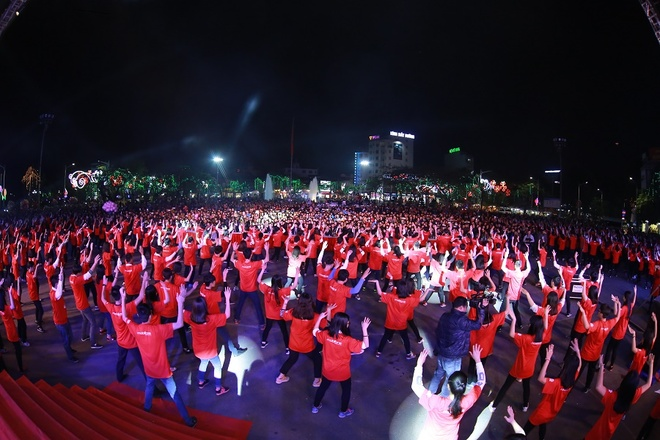 Gioi tre bung no trong dem gala 'Toi yeu Hai Phong' hinh anh 7 Gần 1.000 học sinh, sinh viên Hải Phòng cùng nhau nhảy flashmob tạo nên Tôi yêu Hải Phòng.