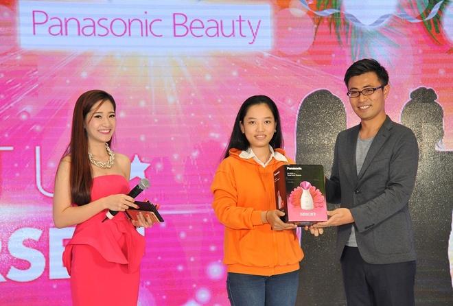 Panasonic Beauty chia se cach lam dep don nam moi hinh anh 3 Khách hàng trúng thưởng bộ sản phẩm Panasonic Beauty ngay tại sự kiện