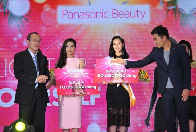 Panasonic Beauty chia se cach lam dep don nam moi hinh anh 4 Đại diện Panasonic Beauty trao giải cho Miss Panasonic Beauty Việt Nam 2015 - Trần Ngọc Đinh Lăng