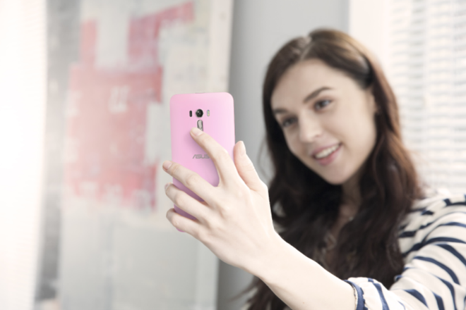 3 smartphone gay chu y dip cuoi nam cua Asus hinh anh 2 ZenFone Selfie có giá 6,5 triệu đồng.