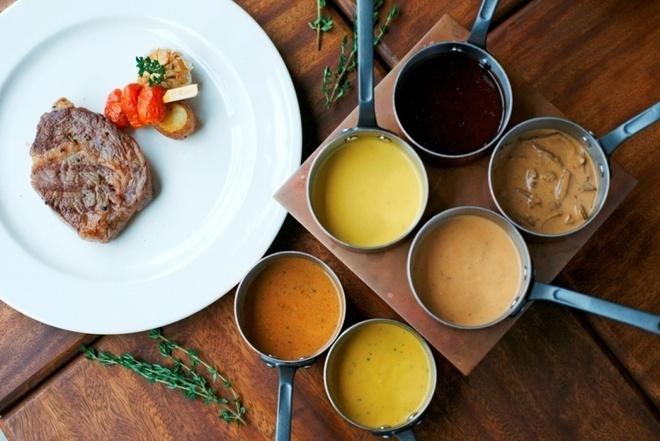 Thuong thuc beefsteak kieu My voi 6 loai sot hinh anh 1 Bí quyết làm nổi bật vị ngon của món bò tại Moo Beef Steak là những loại sốt sáng tạo, bao gồm 6 loại: sốt kem, sốt tiêu đen, sốt vang đỏ, sốt phô mai xanh, sốt nấm và sốt gan ngỗng.
