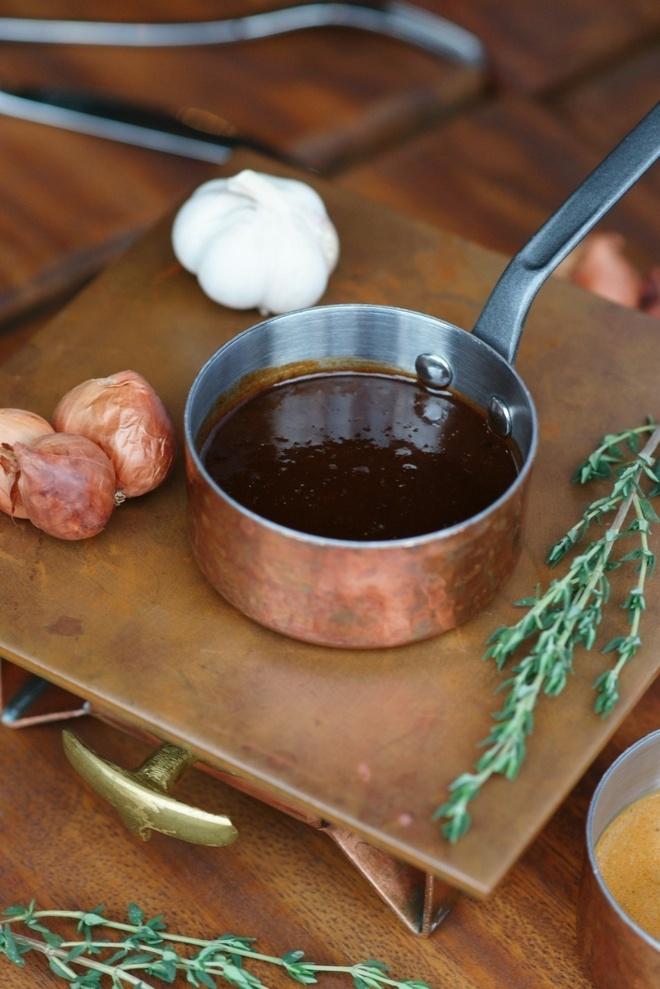 Thuong thuc beefsteak kieu My voi 6 loai sot hinh anh 2 Sốt vang đỏ mang hương vị quyến rũ của rượu vang Pháp và lá hương thảo, dấm nho đen cùng vị ngọt của nhiều loại rau, củ, quả và hành khô.