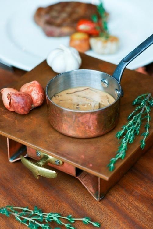 Thuong thuc beefsteak kieu My voi 6 loai sot hinh anh 3 Sốt nấm như một bản hòa tấu tinh tế của các loại nấm Pháp, nấm hương, nấm hải sản với hành tây, kem tươi.