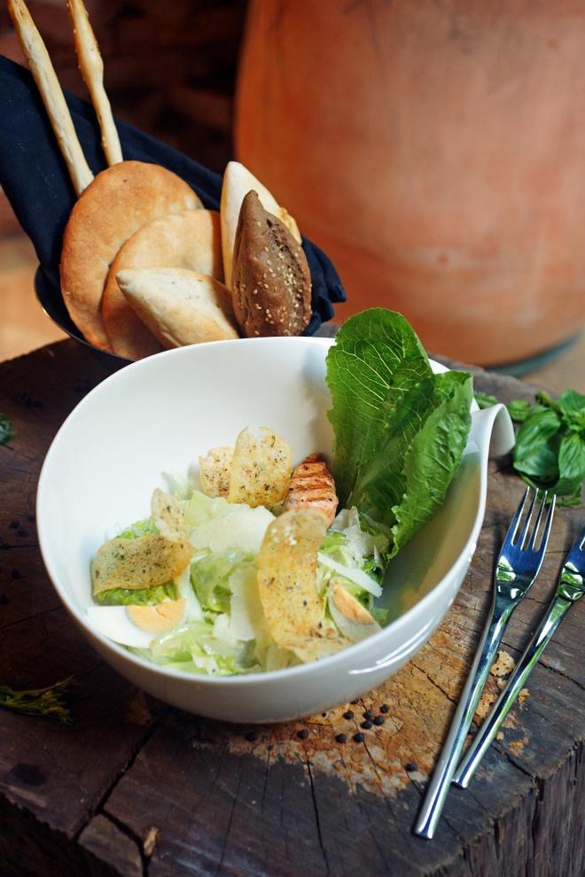 Thuong thuc beefsteak kieu My voi 6 loai sot hinh anh 6 Ăn kèm với các món trên là Salad Moo tươi mát, giúp cân bằng dinh dưỡng và gia tăng vị ngon.