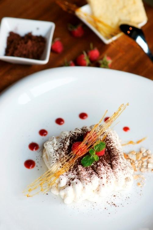 Thuong thuc beefsteak kieu My voi 6 loai sot hinh anh 7 Bữa tiệc sẽ kết thúc trọn vẹn bằng thực đơn tráng miệng phong phú. Trong ảnh là bánh Tiramisu ăn kèm sốt quả mâm xôi vô ngọt thanh và chua dịu.