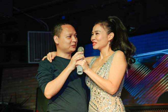 Thu Minh bat ngo ru tac gia hit 'Taxi' len san khau song ca hinh anh
