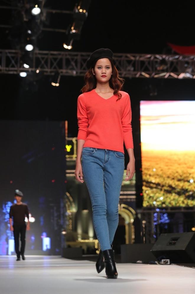 Thoi trang ngay dong cua dan quan quan VNTM hinh anh 3 Cashmere là chất liệu cao cấp và quý hiếm. Tất cả thiết kế của BST Cashmere của Canifa đều do NTK người Ý có hơn 30 năm kinh nghiệm Luigi Ciocca sáng tạo. Người mẫu Hương Ly chọn từ BST chiếc áo len cashmere màu cà rốt kết hợp với quần jeans theo phong cách tươi trẻ, hiện đại và cá tính.