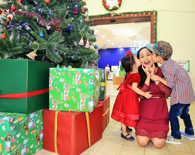 Oc Thanh Van dua 2 con di choi Noel som hinh anh 1