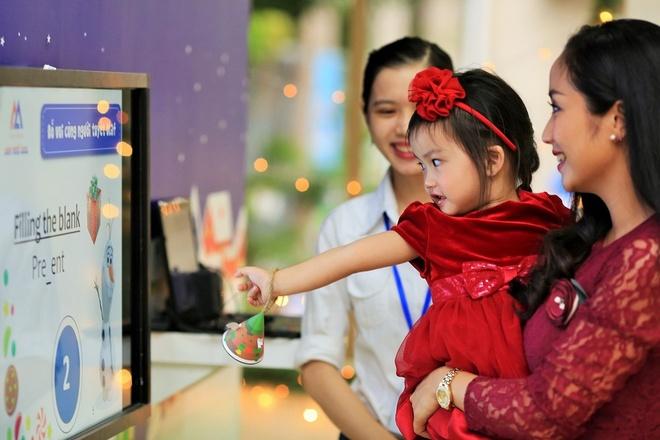 Oc Thanh Van dua 2 con di choi Noel som hinh anh 6